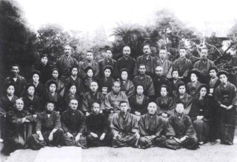 Mikao Usui – sixième à partir de la gauche, 2ème rangée.(Photo extraite du « Manuel de Reiki » publié par Arjava Petter et Yamaguchi)