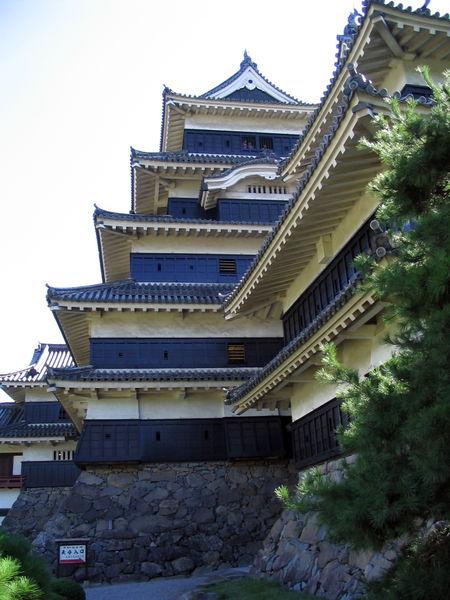 450px-Matsumoto_Castle_near_0504